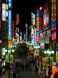 Shinjuku. On peut bouquiner dehors en pleine nuit sans ramener sa propre lampe.
