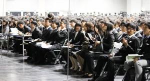 Etudiants de l'Université de Kyoto lors de la remise des diplômes. Ils passeront le reste de leur vie dans le même costume et la même variété de tenue.
